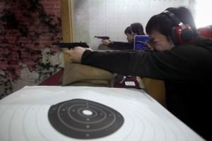 Homme tirant à l'arme à feu à Shanghai