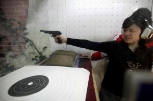 Femme tirant à l'arme à feu à Shanghai
