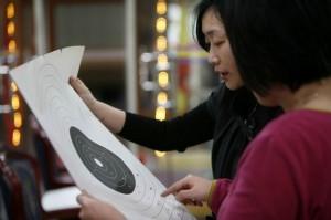 Femme regardant les résultats de tir à Shanghai