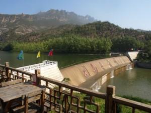 restaurant avec vue sur un barrage et la muraille de Chine