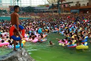 Comment mettre 10 000 chinois dans une piscine flottante 3