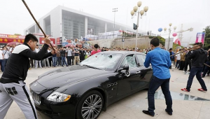 Un chinois mecontent du SAV detruit sa Maserati-Chinecroissance